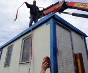 Fiksiranje kontejnera španerima kako ne bi klizao po tovarnom delu